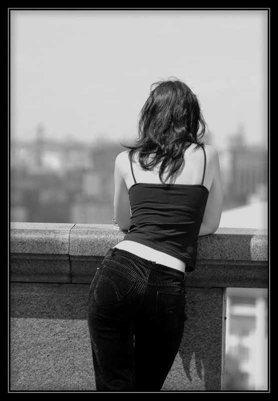 Девушки в джинсах со спины брюнетки